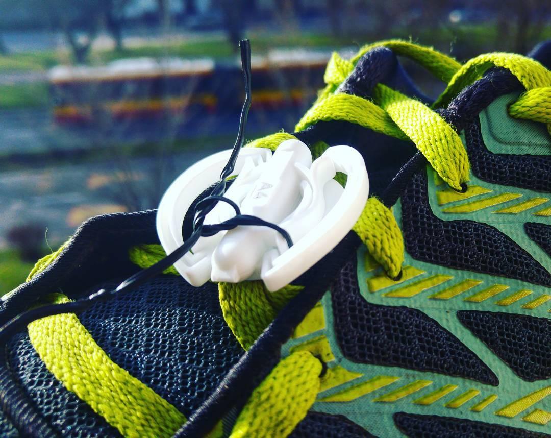 Jak szybko i wygodnie przyczepić czip do buta