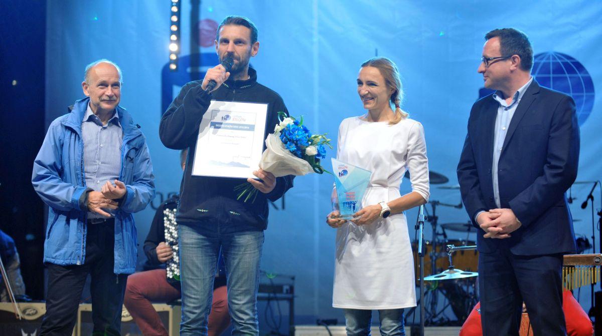 Zielona ekipa odbiera nagrodę - zdjęcie Festiwalu Biegowego