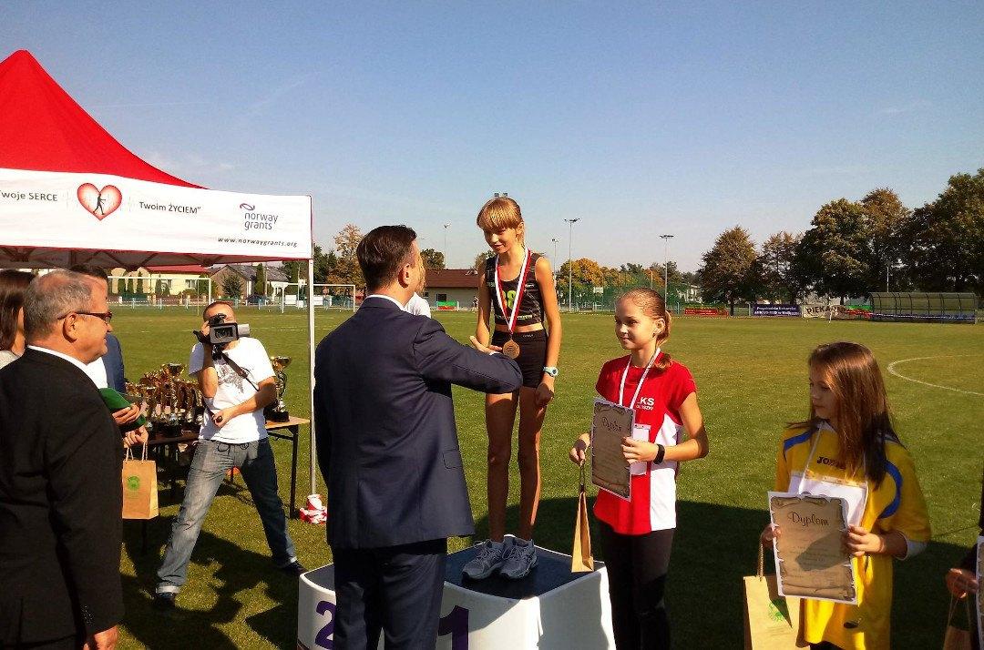 Eliza Galińska na podium, zdjęcie dzięki uprzejmości UKS Filipides Teresin